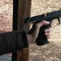 ...i (levá) ruka křehké dívky dokáže kontrolovat zpětný ráz, když zbraň správně drží